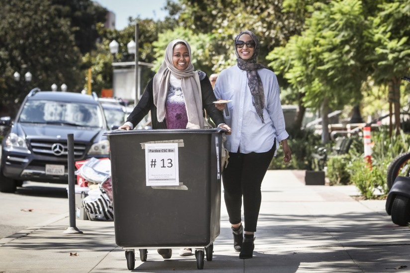 Newal Osman, left, and her cousin Dina Ibranim move belongings into Osman's first USC room. (Photo:David Sprague)
